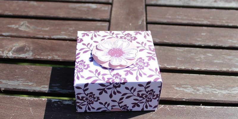 Photo de la boite pliable à plat fleurie