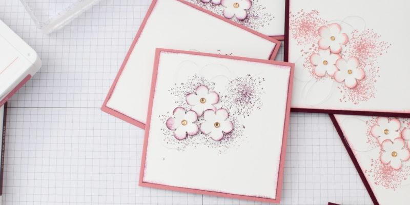 Photo des cartes à bonheurs aux petits fleurs